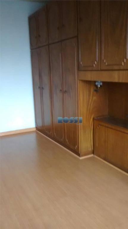 bom apartamento - precisa ser modernizado. 2 dormitórios, sendo 1 com armários. 1 wc com box....