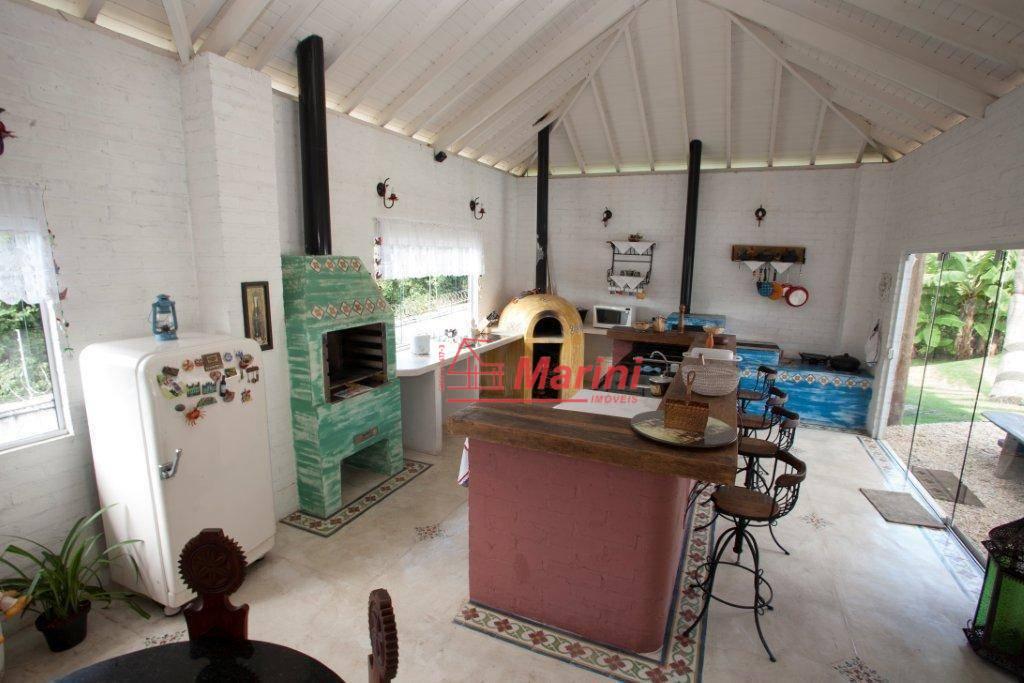 3 suítes master com closet e banheira.espaço gourmet com churrasqueira e forno de pizza.cozinha de apoio.