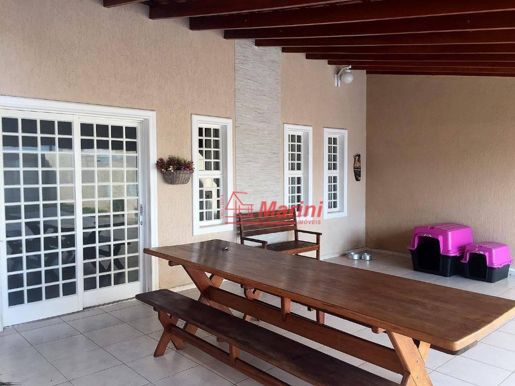 casa incrível e muito sofisticada em bairro bem localizado.casa com 3 quartos sendo 1 suíte.móveis planejados:...